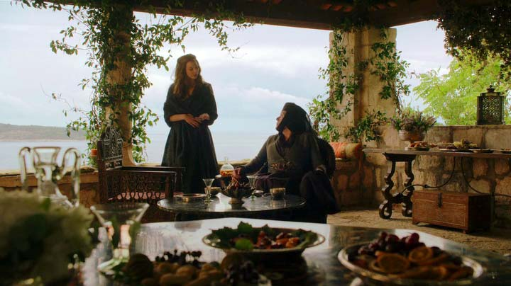 Lady Olenna talks with Margaery in the garden