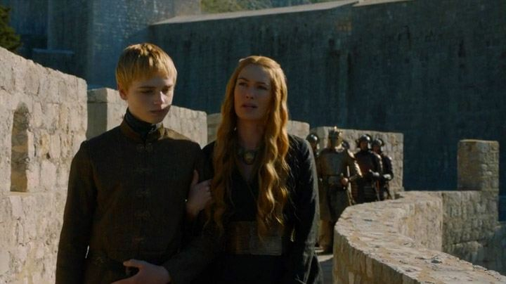 King Tommen talks with Cersei